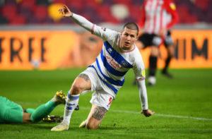 L'attaquant de QPR Lyndon Dykes célèbre son but contre Brentford
